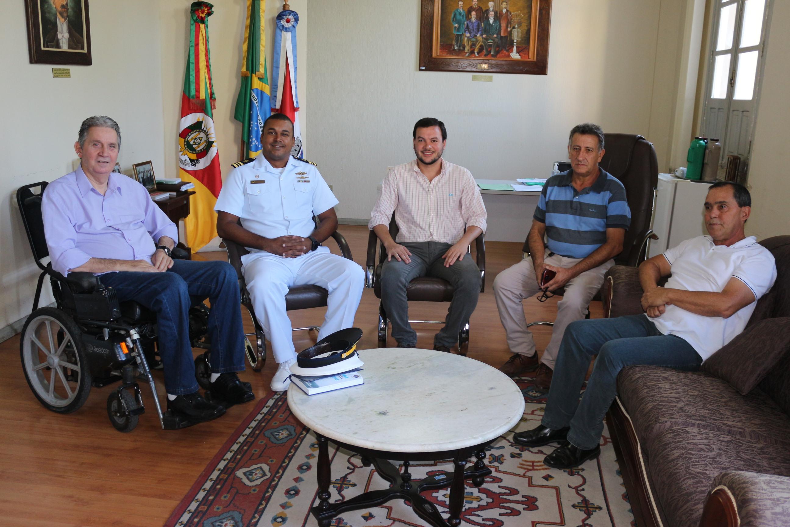 Comandante da Marinha é recebido no Legislativo