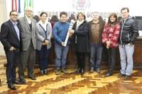 Uruguaianense condutor da Tocha Olímpica visita Câmara